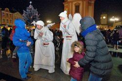 Velká fotoreportáž z vánočních trhů v Hranicích / fotogalerie / Pohádkové Vánoce 8.12. 2017 - andělé na chůdách, foto: Jiří Necid