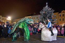 Velká fotoreportáž z vánočních trhů v Hranicích / fotogalerie / Pohádkové Vánoce 8.12. 2017 - pohádka Drak, jiří a věž - v podání obřích loutek, foto: Jiří Necid
