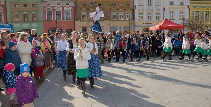 Vítání jara: průvod vynesl Mořenu do Bečvy
