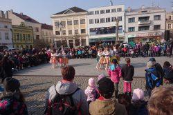 Fotoreportáž z Vítání jara / fotogalerie / Taneční obor ZUŠ předvedlo pásmo Masopust se kterým vyhrály první místo v národních a lidových tancích.