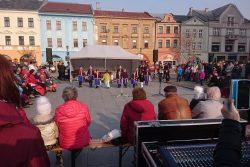 Fotoreportáž z Vítání jara / fotogalerie / Folklórní soubor Rozmarýnek tradičně přivítal jaro v Hranicích svým vystoupením.