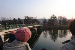 Fotoreportáž z Vítání jara / fotogalerie / Mořena byla vhozena do Bečvy Děckama z Drahotuš.