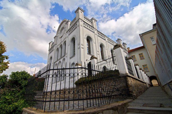 U synagogy se bude stavět suka