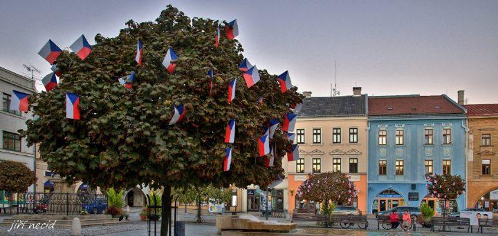 Vlajkovníky zdobí centrum Hranic