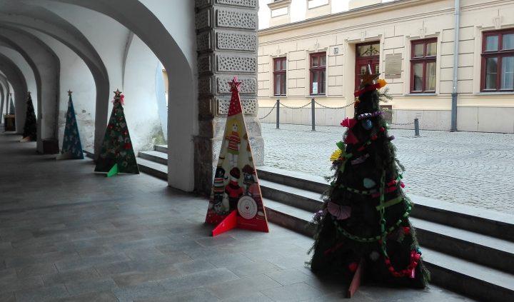 Výstava vánoční stromků zdobí podloubí
