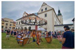Fotoreportáž: Hraničané slavili výročí celý den / fotogalerie / Oslavy 850 let Hranic - kolotoč na prostranství u zámku, foto: Jiří Necid