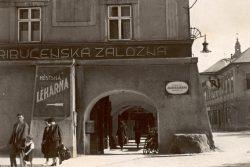 Co možná nevíte o Hranicích / fotogalerie / Pranýřovací kámen na Pernštejnském, tehdy Kramářově náměstí v roce 1926, foto: sbírka Milana Králika