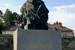 Vydejte se po stopách Josefa H. A. Gallaše / fotogalerie / Gallašův hrob na městském hřbitově s bustou z roku 1946. Zdroj: Foto Kateřina Macháňová